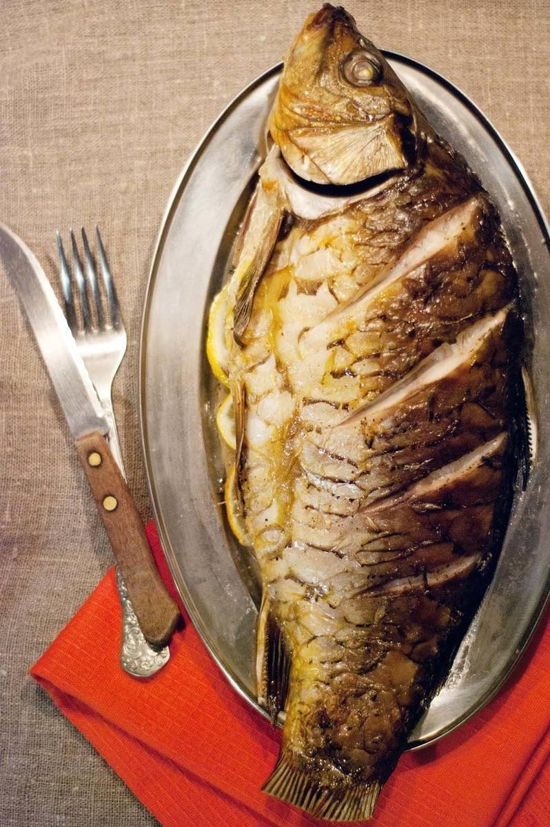 Карп, запеченный в духовке целиком — рецепты сочной и вкусной рыбы