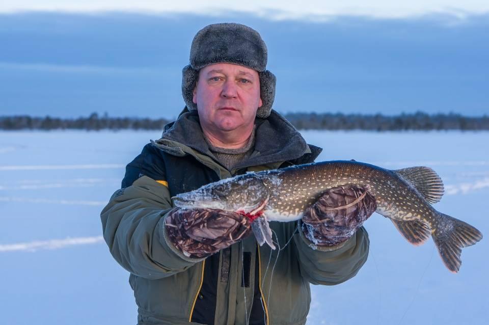Особенности зимней рыбалки. в ханты-мансийске рыбаки добыли газ из реки | общество | аиф югра