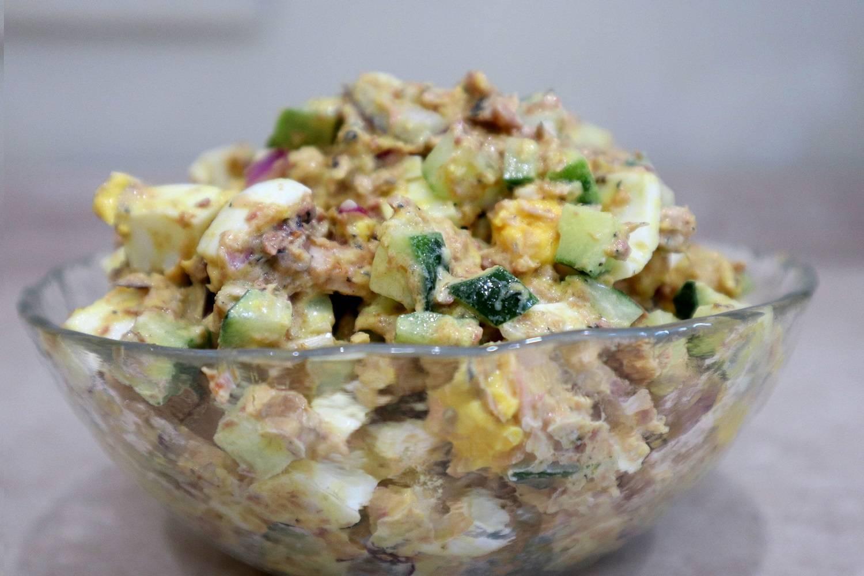 Салат с рисом и рыбными консервами слоеный