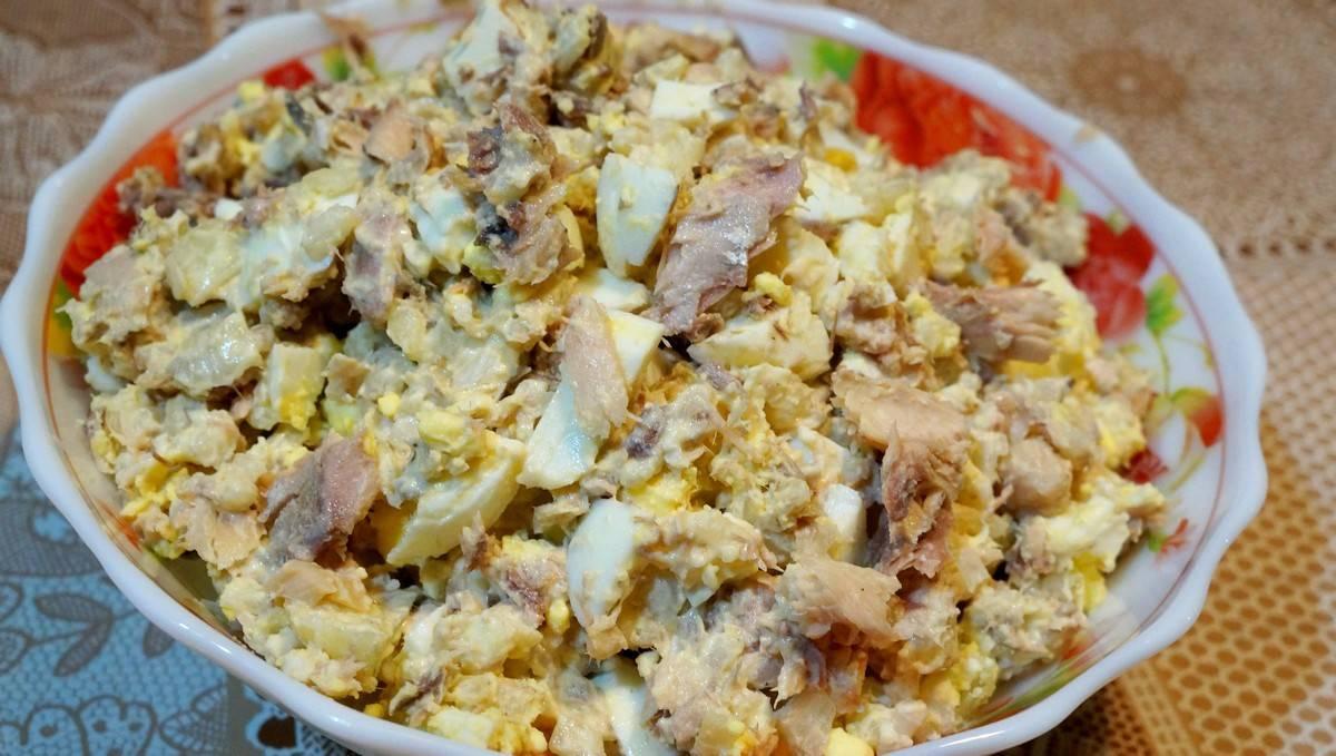 Салат из консервированной сайры с рисом и яйцами