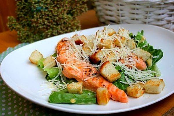 Цезарь салат с красной рыбой. вкусный салат цезарь с рыбой.