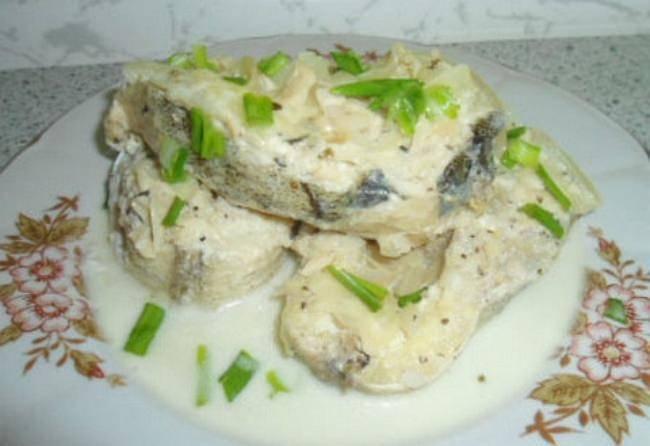 Рыба в сметанно-луковом соусе