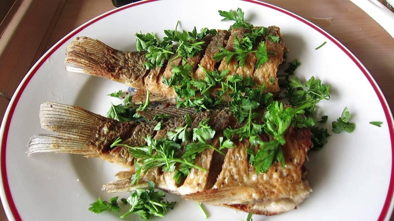 Как порезать карася чтобы не было костей – есть много рыбы (караси небольшие) , костей в них многовато. как их приготовить чтоб можно было есть вилкой (не надо было