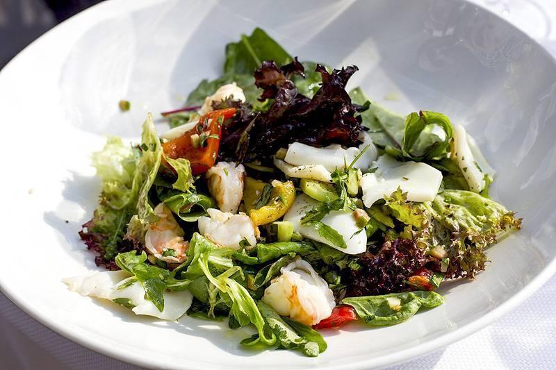 Салат с копченой рыбой - рецепты из скумбрии, горбуши, трески и осетрины