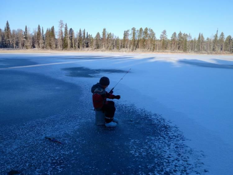 Рыбалка по первому льду: на мормышку, блеснение и поплавочная снасть