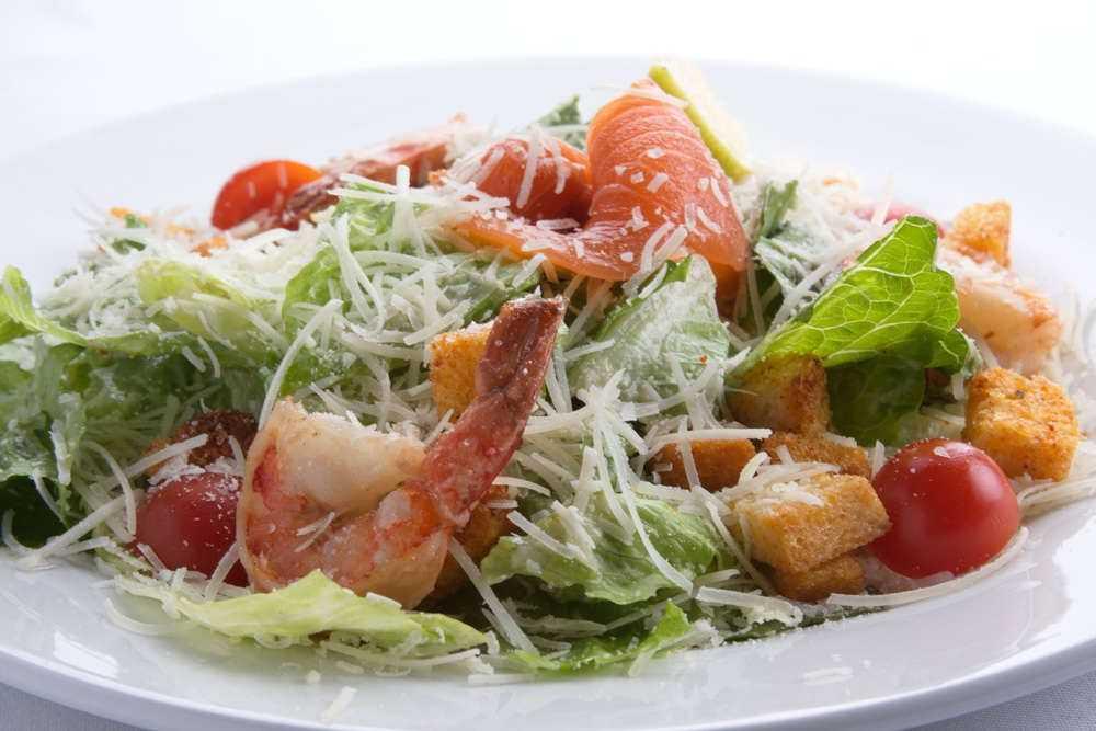 Цезарь с семгой - приготовление с сухариками, морепродуктами, с соленой, жареной или копченой рыбой