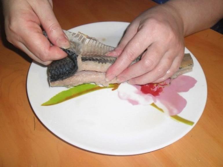 3-х секундный способ вытащить кости из селедки