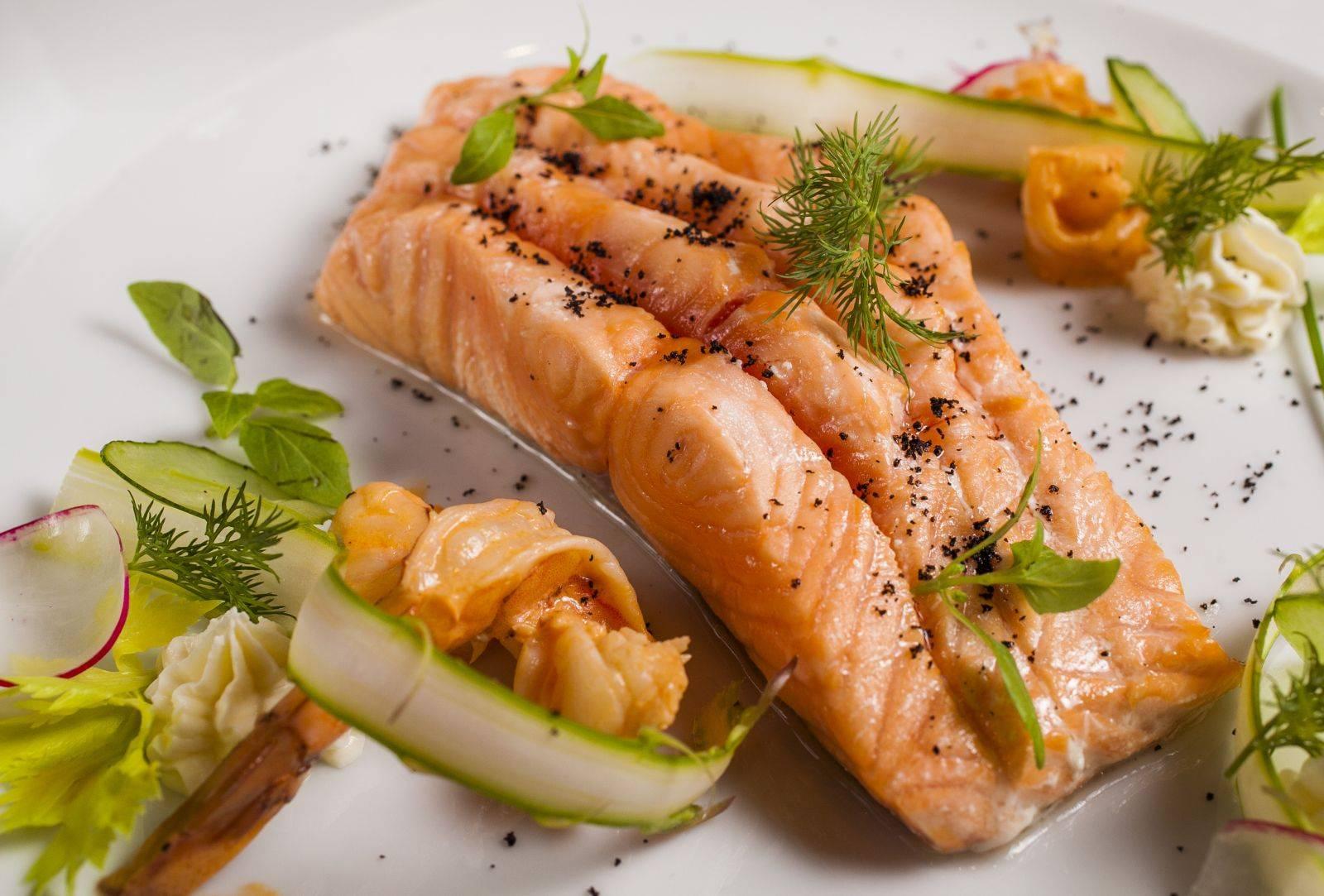 Рецепт стейка из лосося в мультиварке на пару  - стейк от 1001 еда