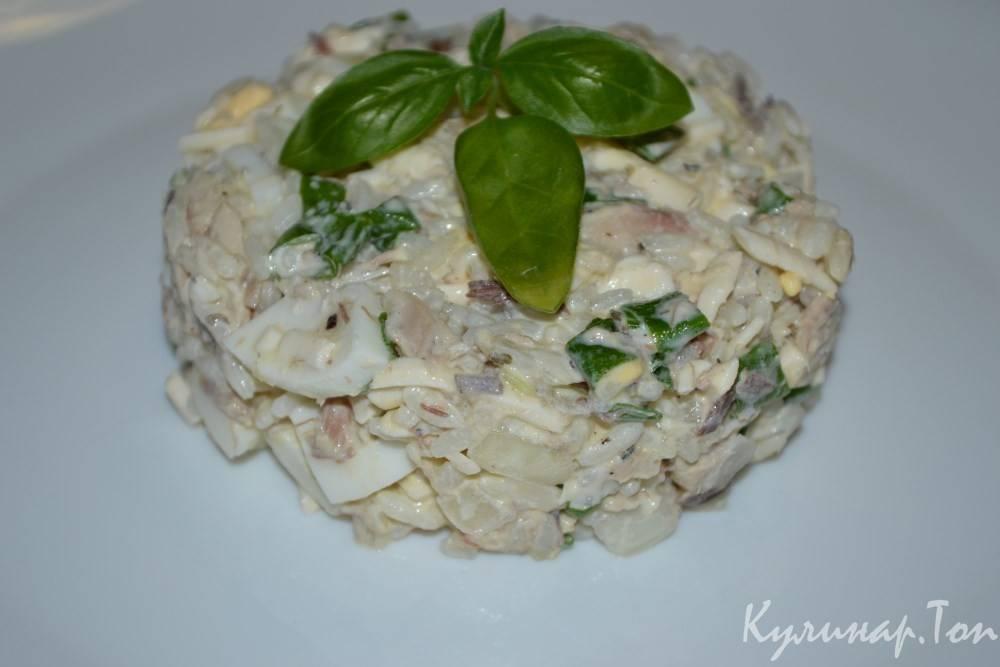 Салат с рисом и рыбными консервами, как приготовить с яйцом
