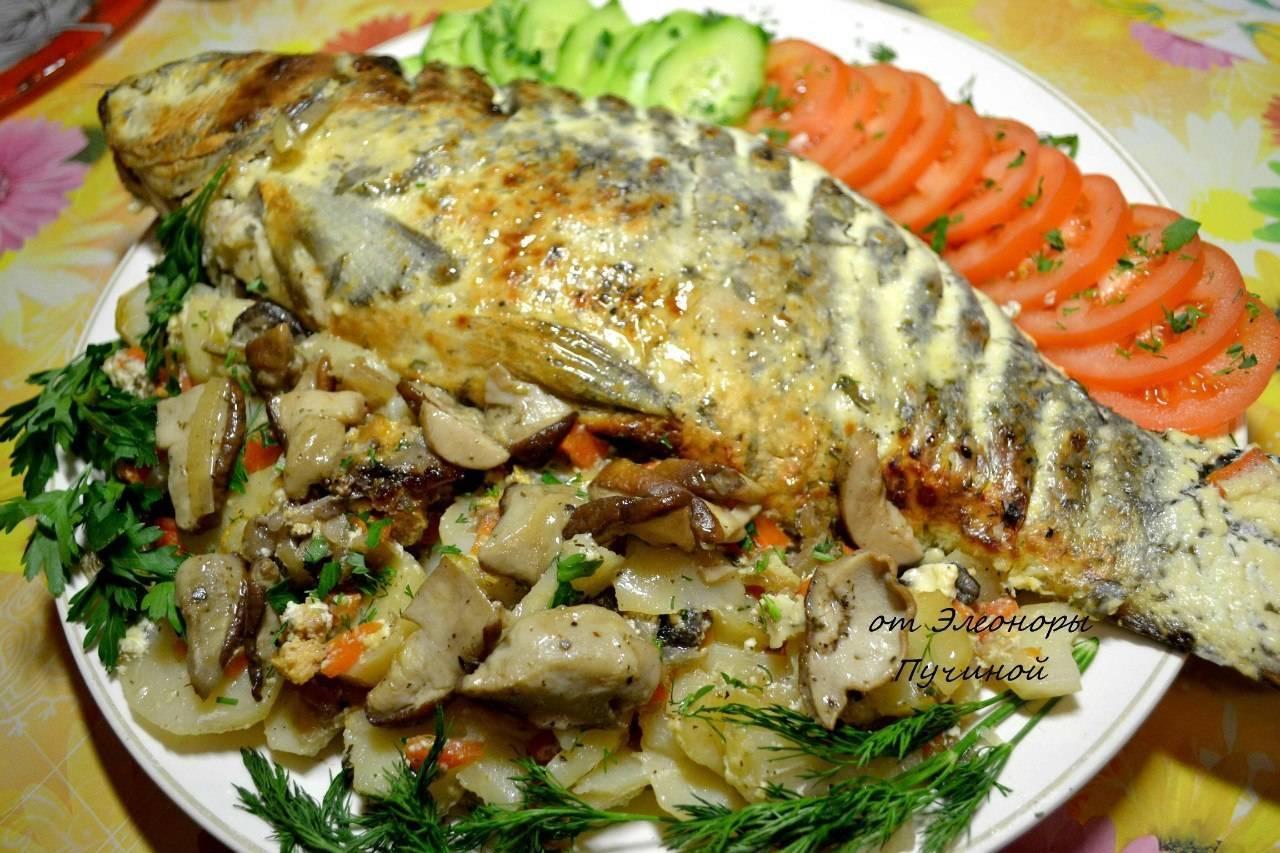 Карп, фаршированный луком и грибами – кулинарный рецепт