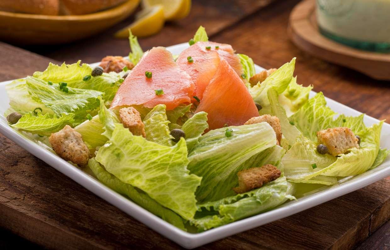 Салат цезарь с семгой: 4 простых классических пошаговых рецепта