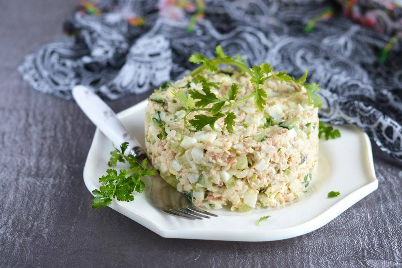 Рыбный салат из шпрот с рисом и яйцом