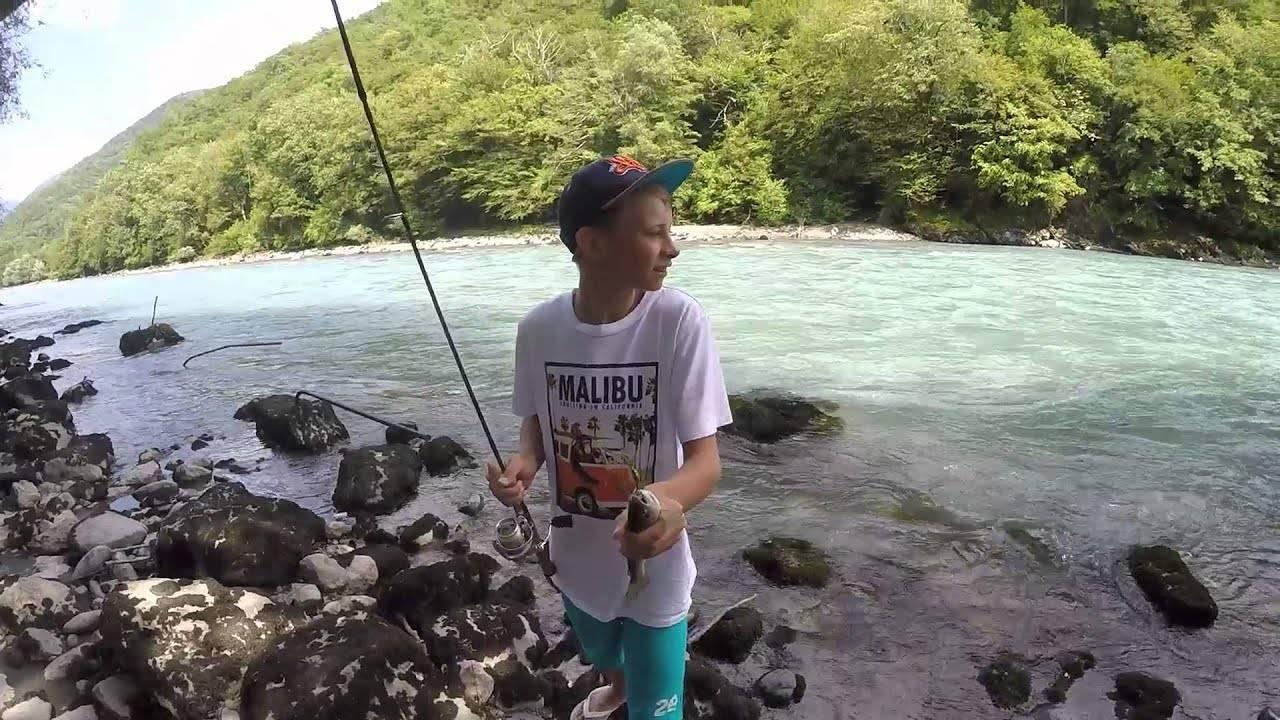 Рыбалка в гаграх с берега видео