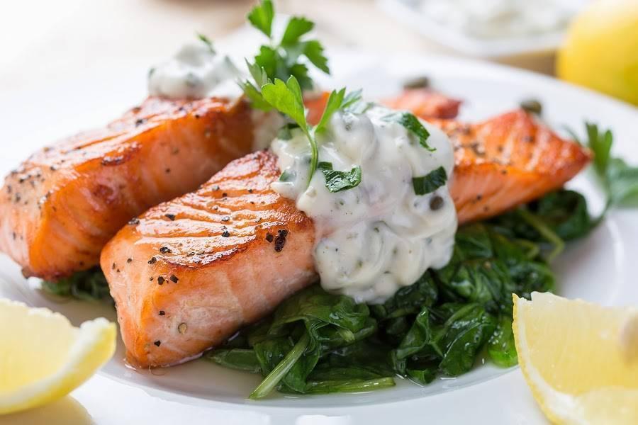 Вкусный и сочный стейк лосося на сковороде