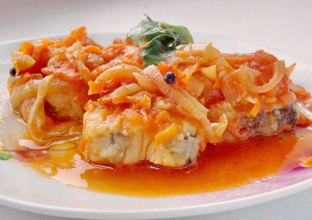Рецепт приготовления рыбы в духовке с морковью и луком