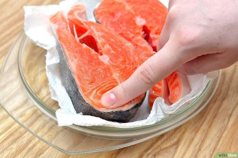 Как быстро разморозить рыбу в микроволновке и без?