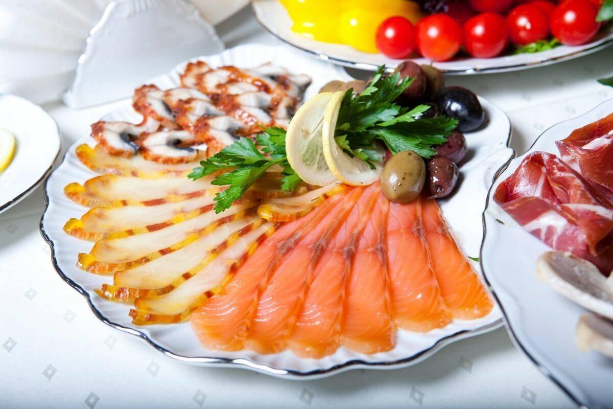 Рыбная нарезка (24 фото): оформление блюд на праздничный стол в домашних условиях. как красиво нарезать и украсить ассорти из красной рыбы?
