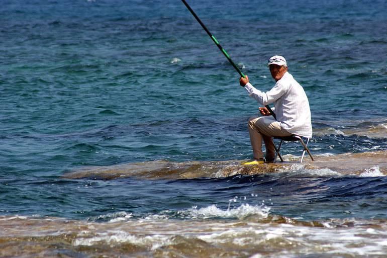Ловить удочкой рыбу озеро