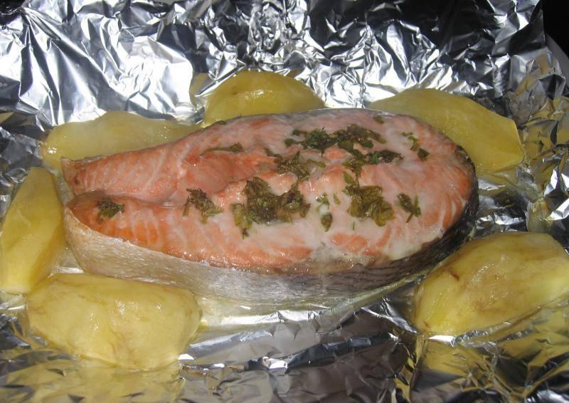 Форель на картофельной подушке под чесночным соусом рецепт с фото пошагово - 1000.menu