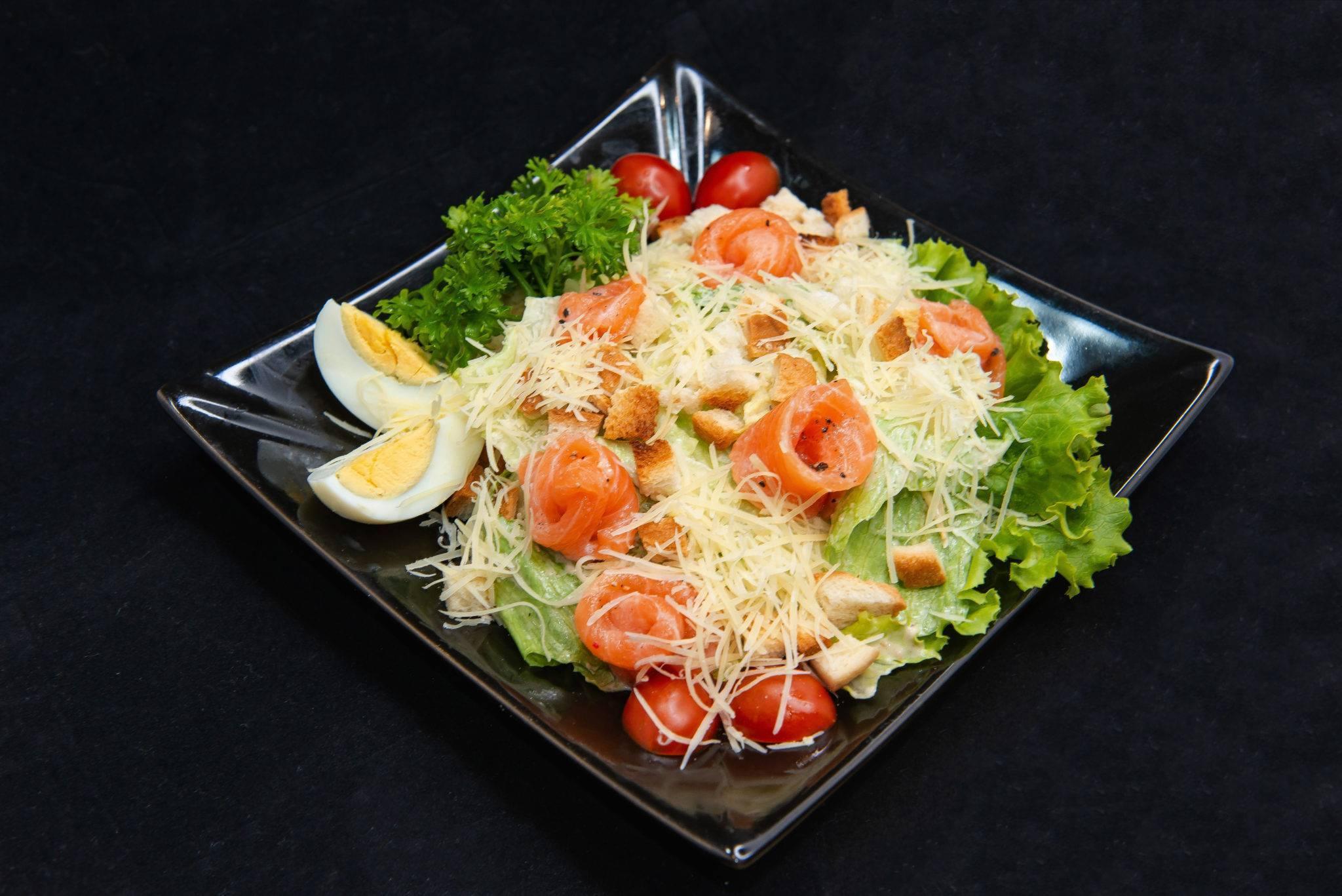 """Салат """"цезарь"""" с лососем – классический рецепт"""