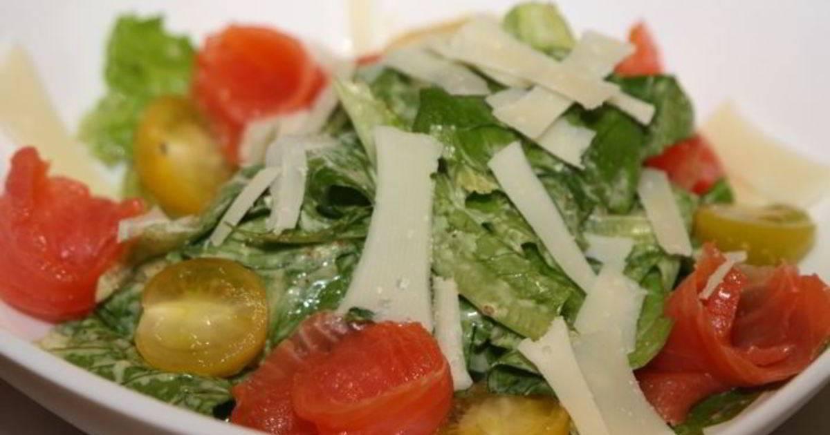 Салат «цезарь» с жареной семгой и авокадо: рецепт