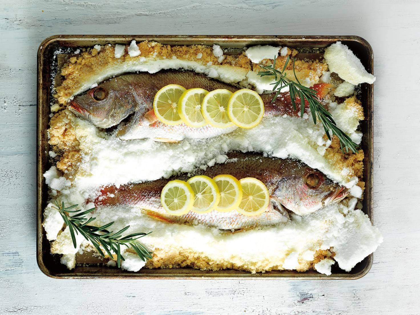 Запеченная в соли рыба: как ее приготовить в соляном панцире фламбе? пошаговый рецепт рыбы в солевой корке по-тайски