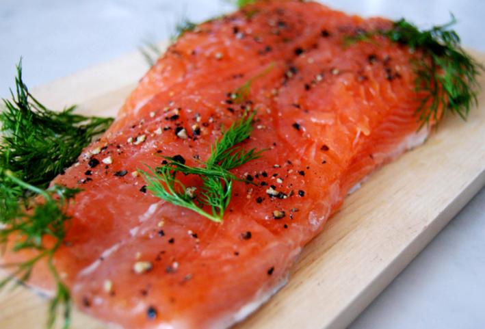 Как правильно солить красную рыбу в домашних условиях сухим способом и в рассоле, целиком и кусочками: рецепты с фото. как выбрать красную рыбу для засолки?