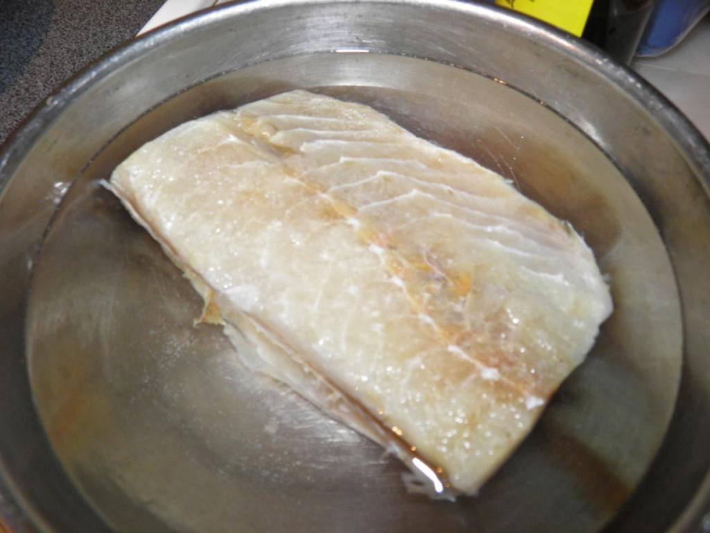 Как отмочить рыбу от соли. употребление после вымачивание соленой рыбы. как правильно вымочить селедку от соли в молоке и как долго вымачивать: рецепт