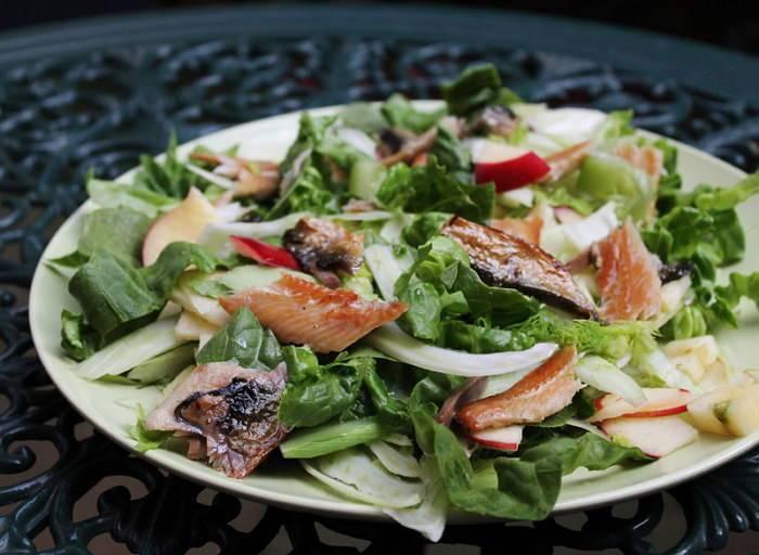 Салат с копченой рыбой горячего и холодного копчения: рецепты - ешь здорово!