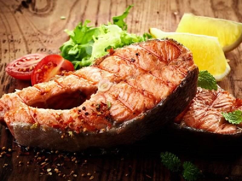 Стейк из лосося с розмарином и соком лайма на гриле