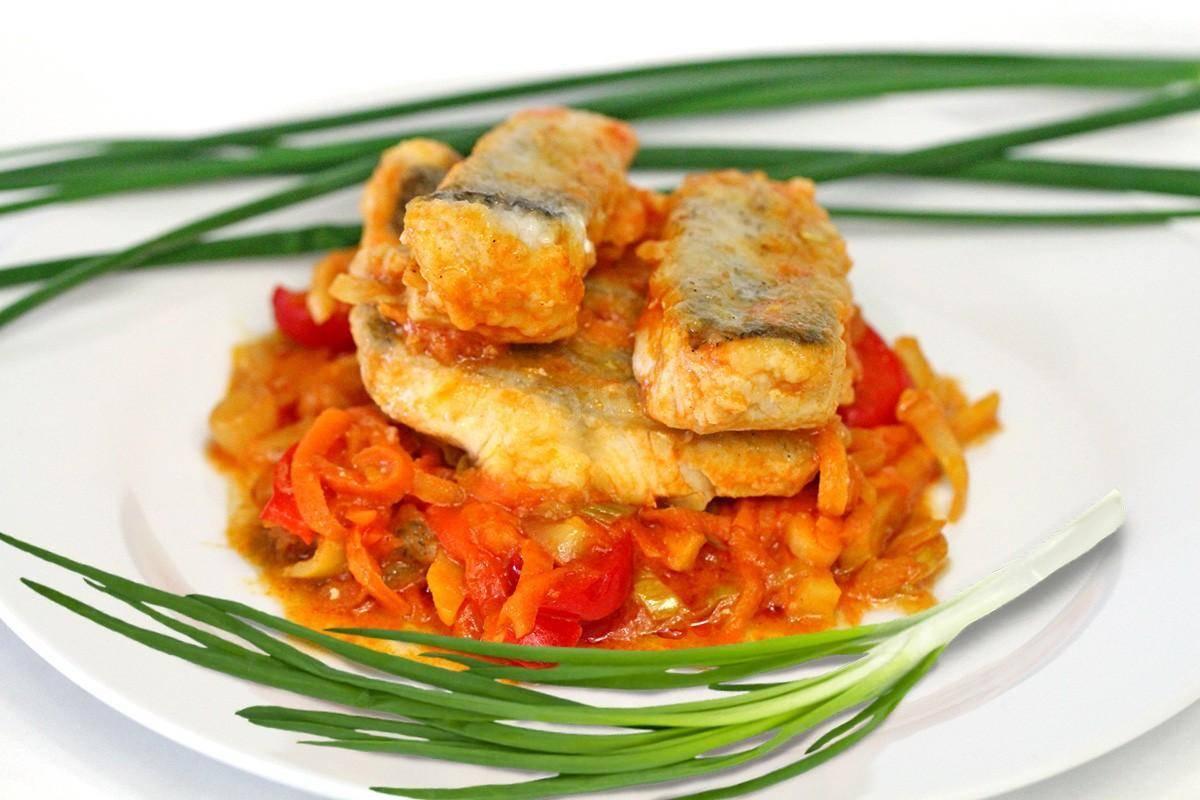 Тушеная рыба в мультиварке (в сметане, томате, с овощами)