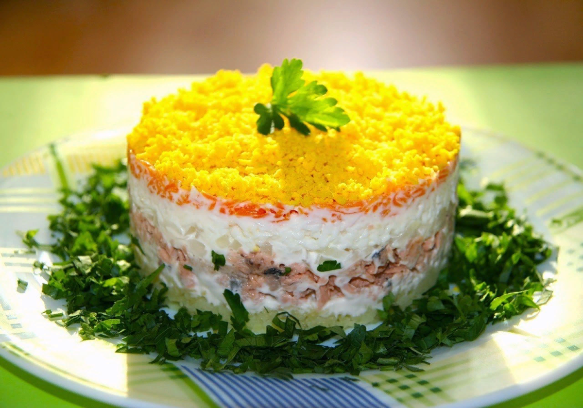 Салат мимоза с рыбными консервами. рецепт с сыром, яйцом, с рисом, с картошкой и без, слои салата