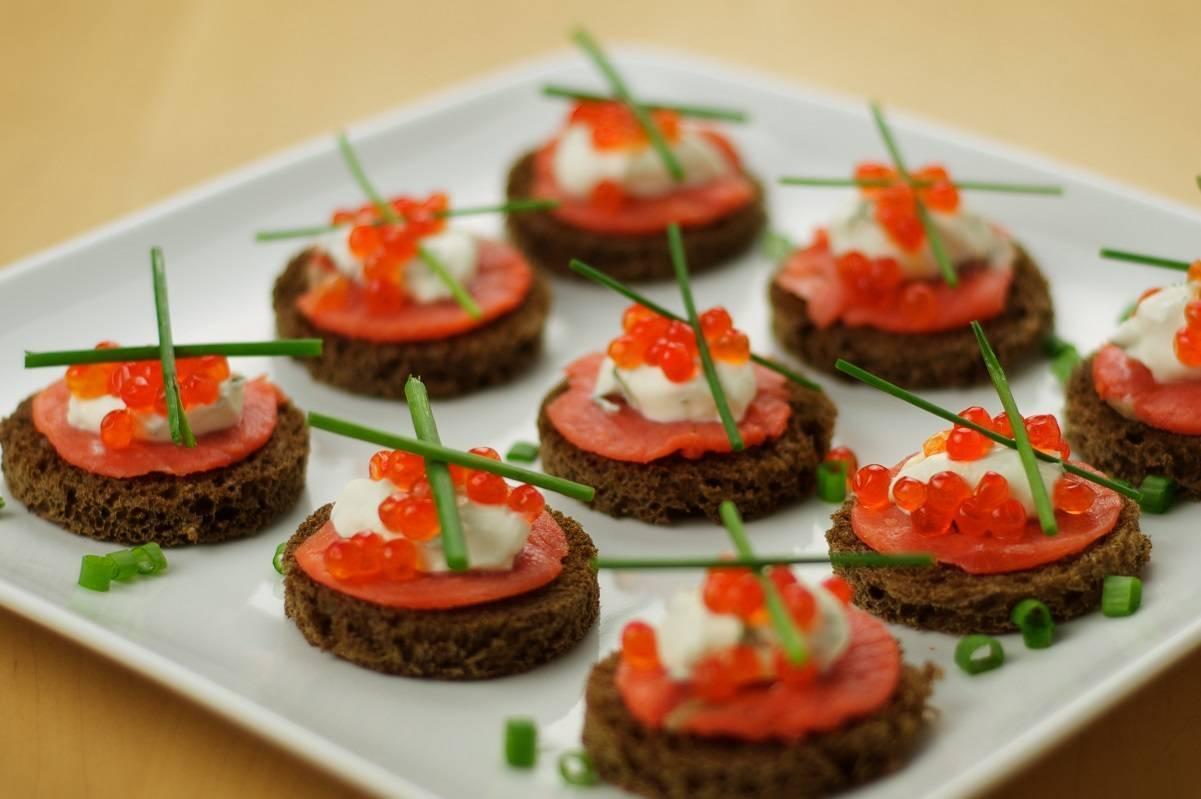 Бутерброды с красной рыбой — 13 рецептов быстрой закуски