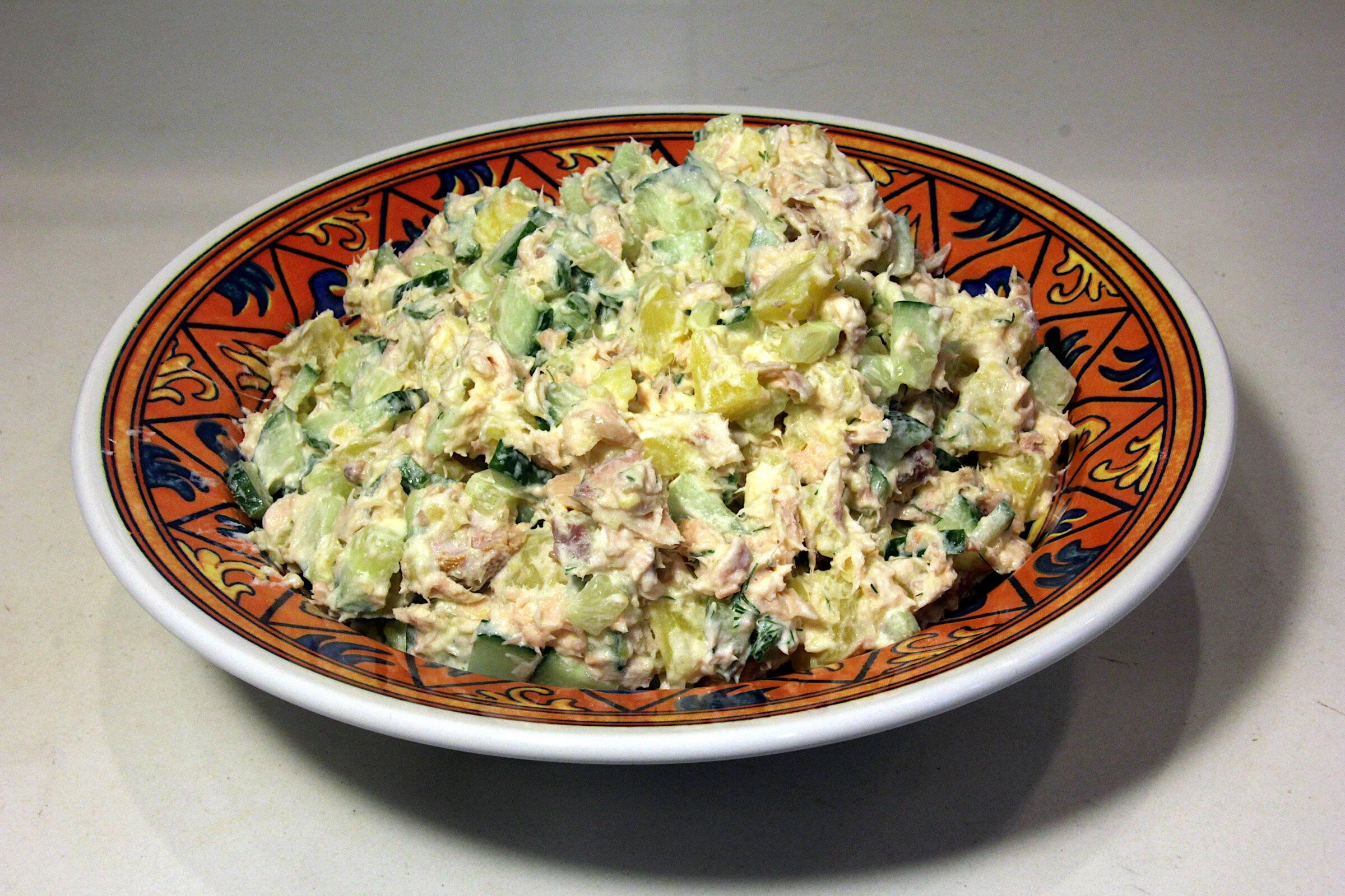 Салат с рисом и рыбой горячего копчения