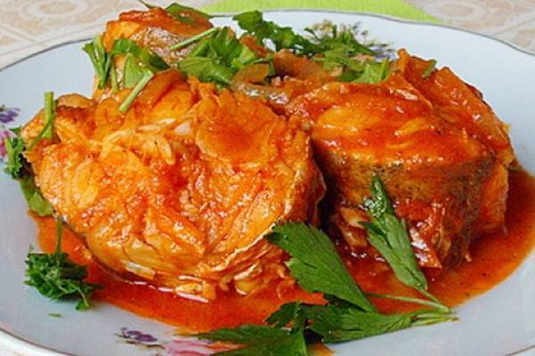 Рыба на сковороде с луком и морковью