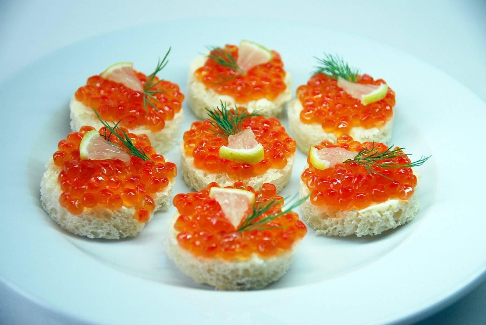 Бутерброды с красной рыбой, 15 праздничных рецептов