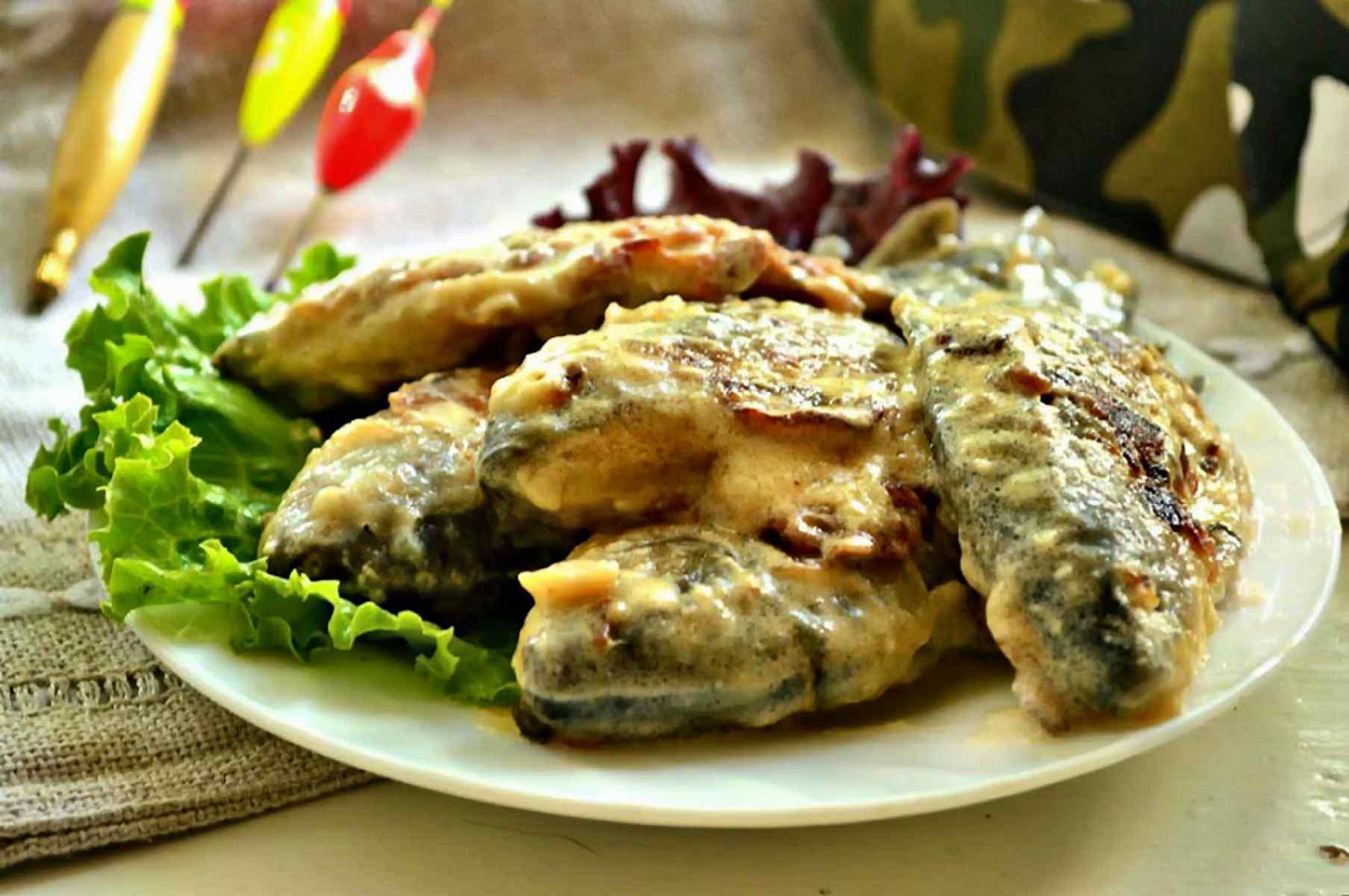 Тушеный карась в сметане на сковороде - калорийность и вкус