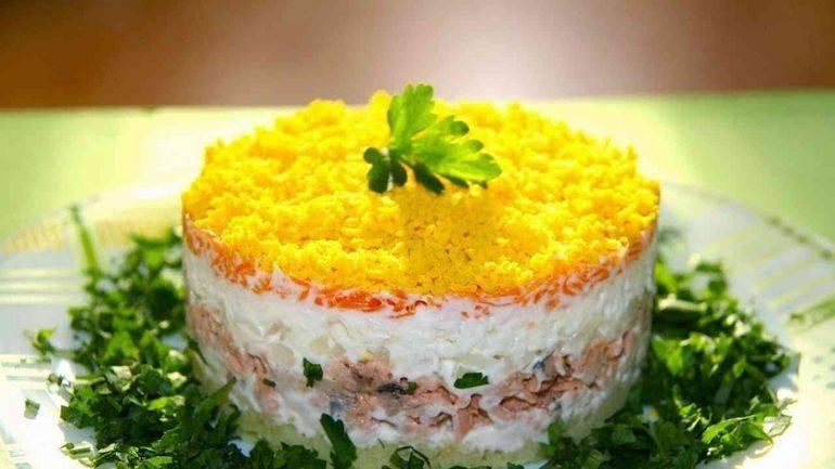 """Салат """"мимоза"""" с консервами и сыром"""