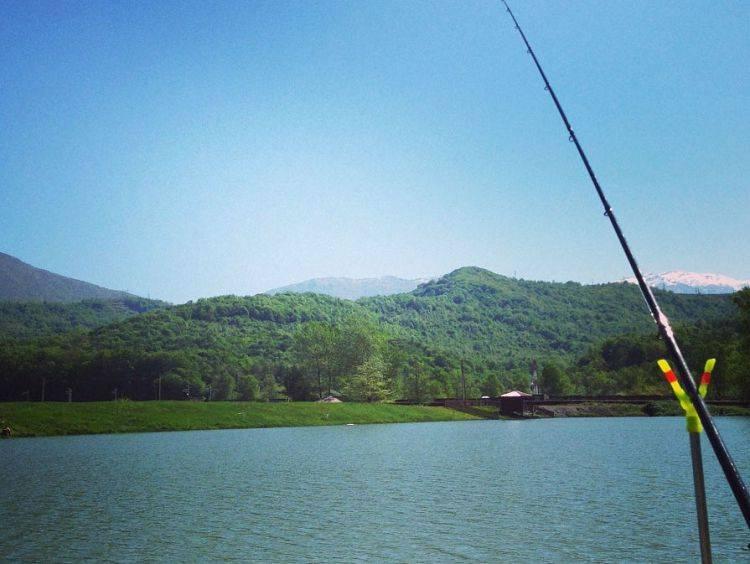 Рыбалка на озере в сочи. отдых в сочи.