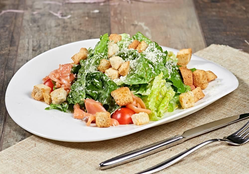 Цезарь салат с красной рыбой. вкусный салат цезарь с рыбой. | школа красоты