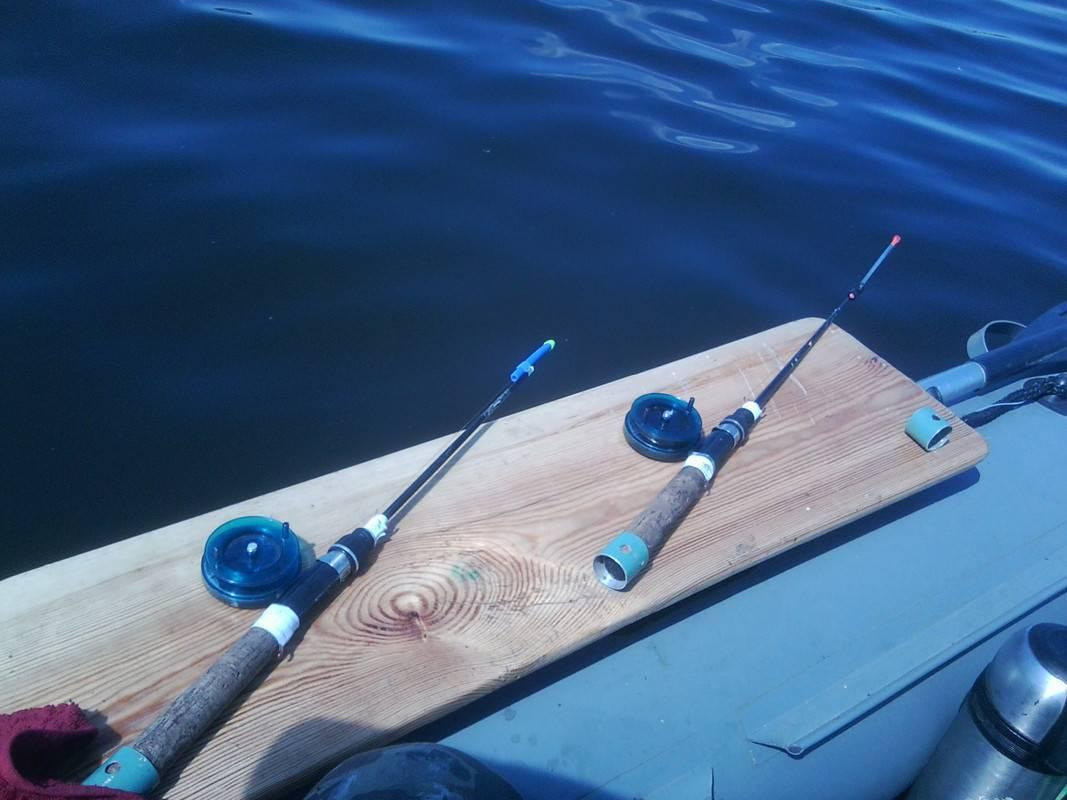 Ловля леща с лодки: снасти для рыбалки на течении, как ловить с кормушкой
