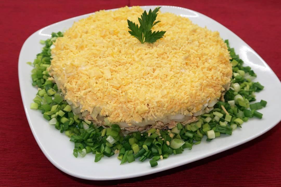 """Салат """"мимоза"""" с консервами и сыром - пошаговый фоторецепт"""