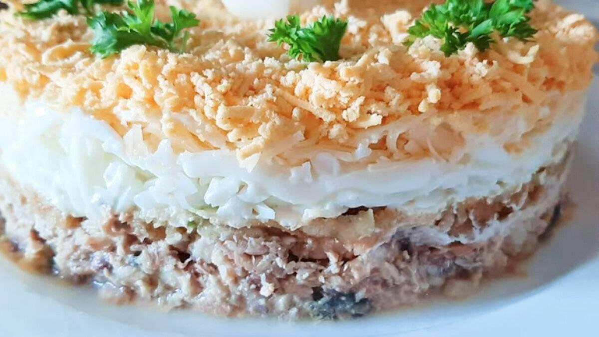 10 простых и аппетитных салатов с рыбными консервами