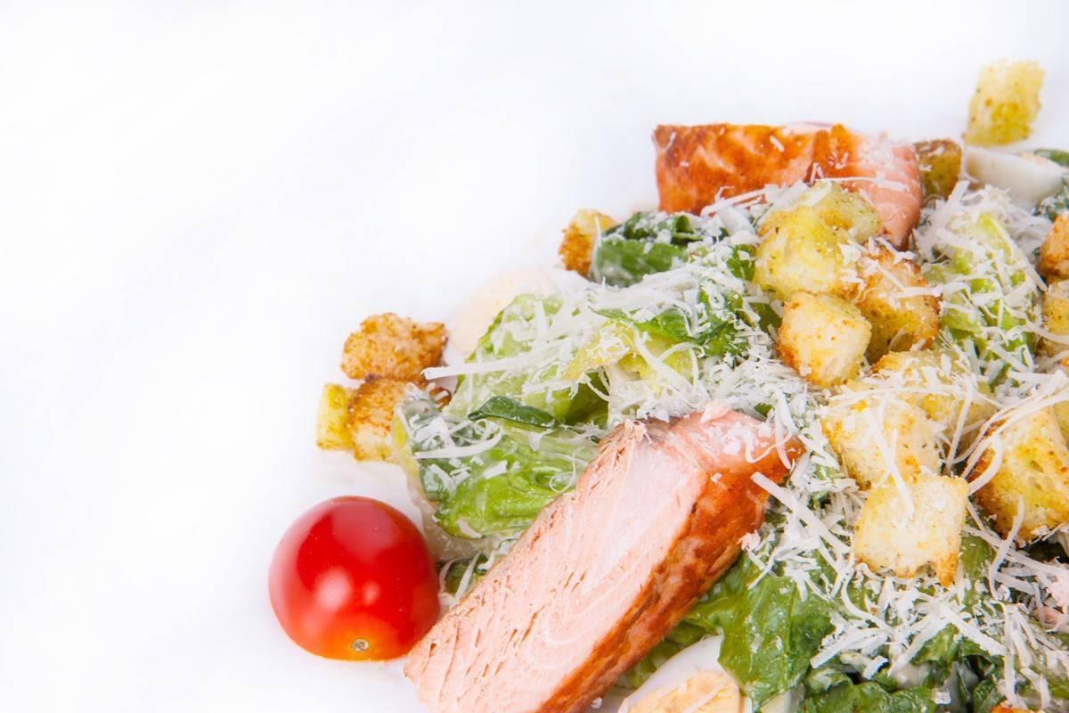 Салат цезарь с семгой – королевский вкус: рецепт с фото и видео
