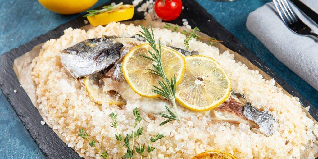 Как запечь рыбу в соли?
