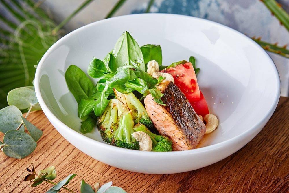 Салаты с копченым лососем: пошаговые рецепты с фото и видео