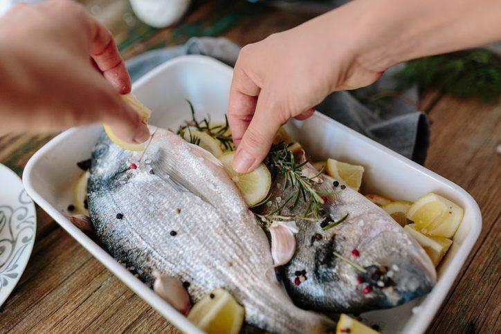 7 способов устранить запах рыбы с посуды