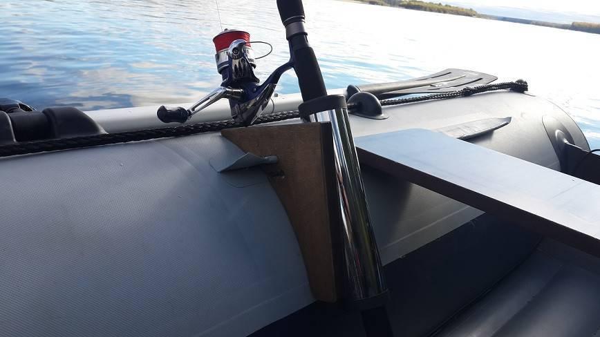 Держатель для спиннинга на лодку пвх: разновидности, варианты крепления, самодельный спиннингодержатель