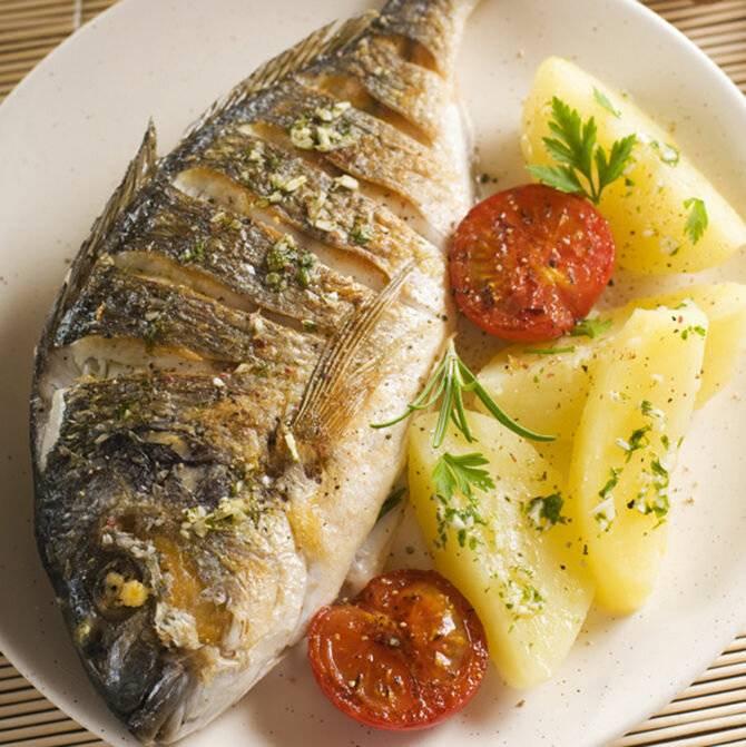 Запеченный в духовке толстолобик с овощами – кулинарный рецепт