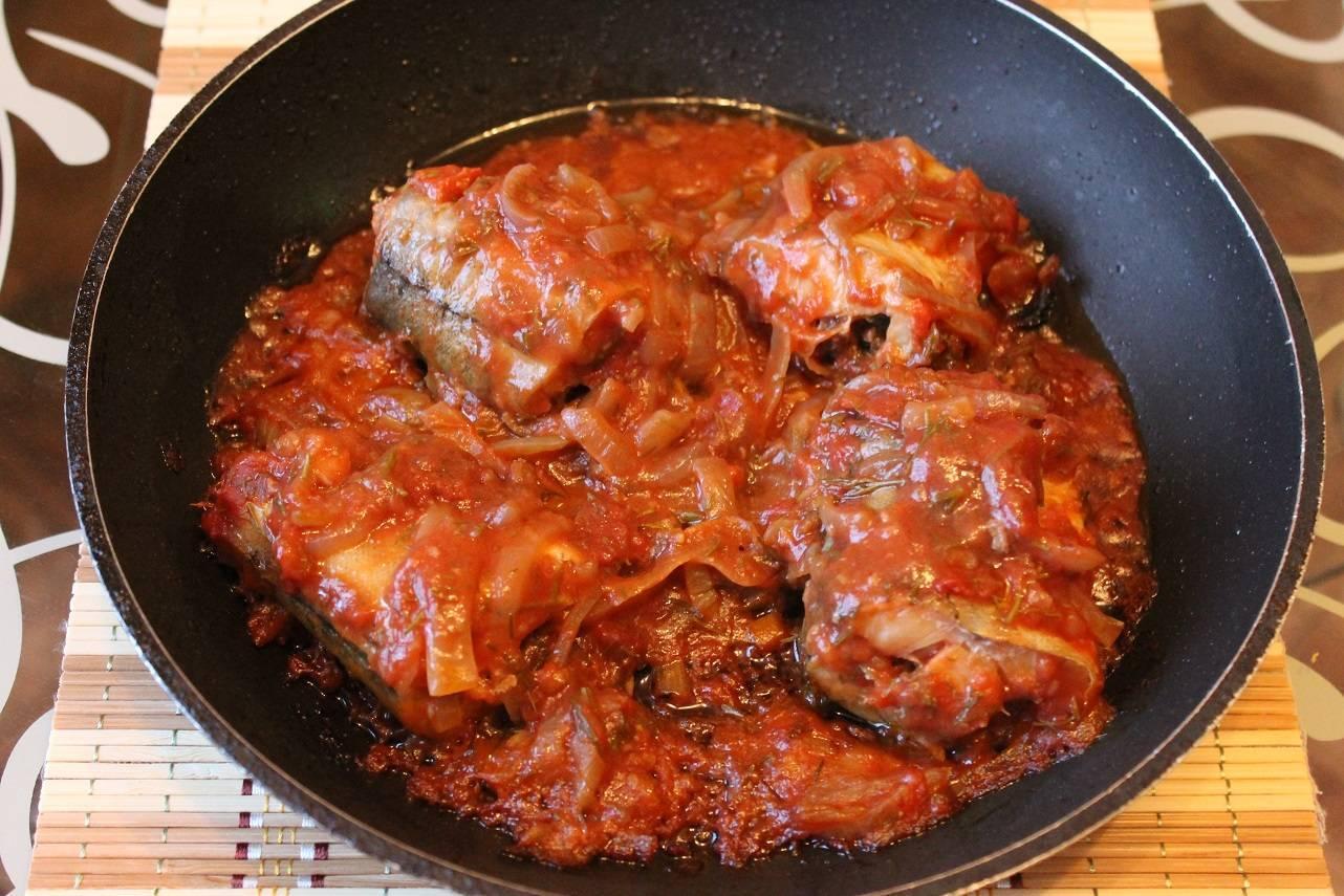 Рыба, тушеная с овощами на сковороде